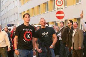 Die Person neben Alexander Christian mit Triskele* http://www.dasversteckspiel.de/nazisymbole5.html und Sturmwehr T-Shirt http://npd-blog.info/2009/06/06/npd-und-dvu-feiern-sommerfest-mit-sturmwehr/